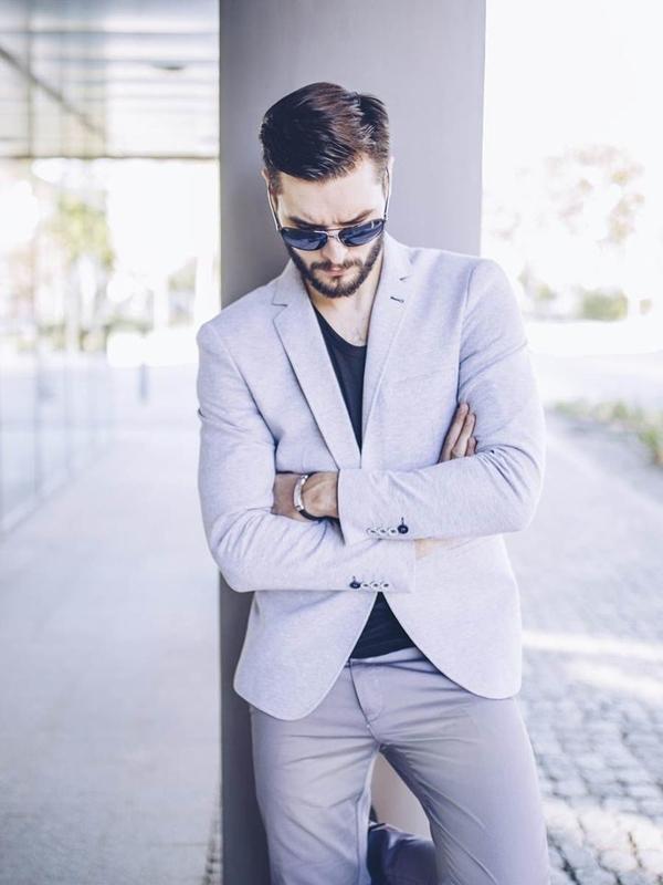 Stylizace č. 255 - sluneční brýle, náramek, ležérní sako, tričko bez potisku, chino kalhoty